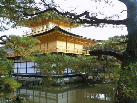 池に映る金閣寺