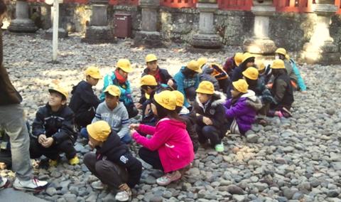 遠足の小学生